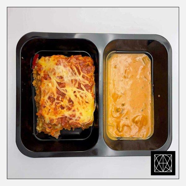 Lazanija su jautiena, gardinta paprikomis ir pomidorais, užkepta kietuoju sūriu