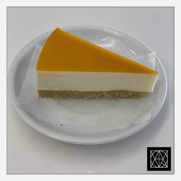 Sūrio pyrago su mangais gabalėlis
